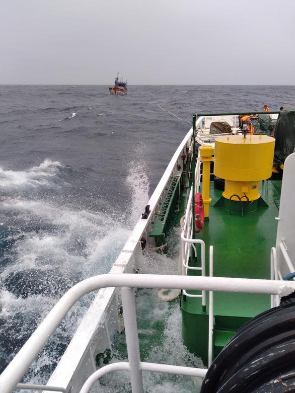 Tàu kiểm ngư 467 lai dắt 1 tàu cá Bình Định về bờ - Ảnh 1.