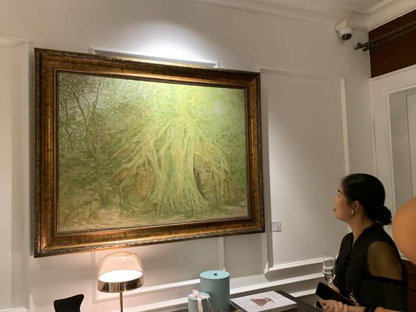Nguyễn Quốc Huy mất hơn 10 năm mang mây mù, hơi ẩm vào tranh sơn mài - Ảnh 2.