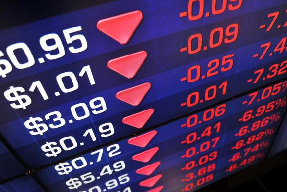 Thị trường chứng khoán toàn cầu lao dốc vì COVID-19 trỗi dậy - Ảnh 1.