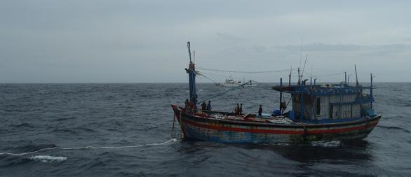 Tàu kiểm ngư 467 lai dắt 1 tàu cá Bình Định về bờ - Ảnh 2.