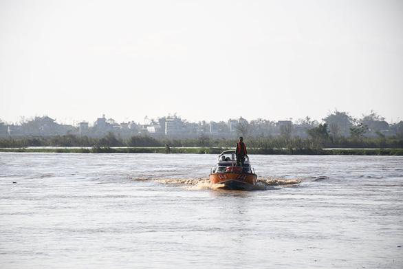 Đã đưa toàn bộ công nhân mắc kẹt tại đập dâng hạ lưu sông Trà Khúc vào bờ - Ảnh 1.