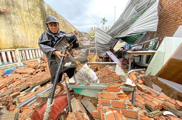Hãy cùng Tuổi Trẻ dựng lại mái nhà cho vùng bão lũ - Ảnh 1.
