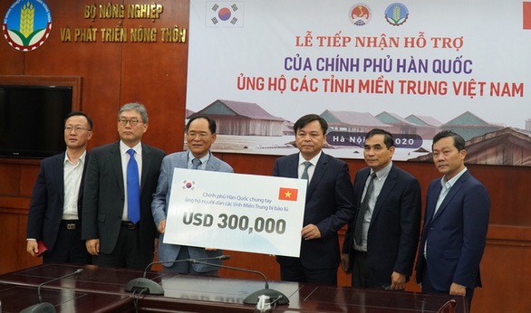 Hàn Quốc trao 300.000 USD hỗ trợ đồng bào miền Trung - Ảnh 1.