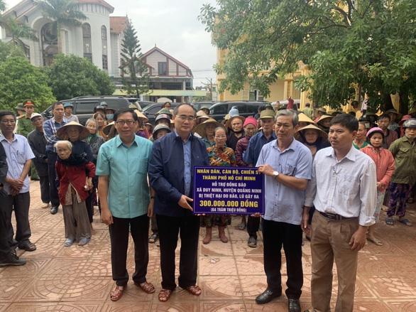 Ông Nguyễn Thiện Nhân thăm, hỗ trợ đồng bào bị thiệt hại do bão, lũ tại Quảng Bình - Ảnh 1.