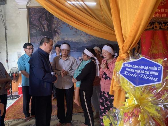 Ông Nguyễn Thiện Nhân thăm, hỗ trợ đồng bào bị thiệt hại do bão, lũ tại Quảng Bình - Ảnh 2.