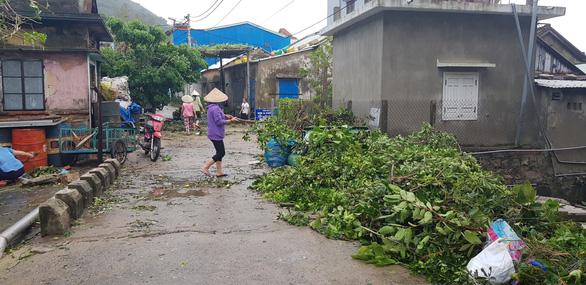 Đảo Cù Lao Chàm như bị xé vụn sau bão số 9 - Ảnh 9.