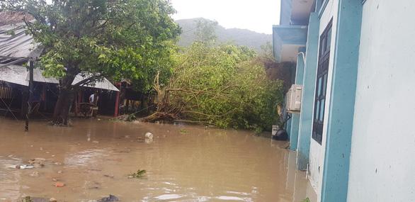 Đảo Cù Lao Chàm như bị xé vụn sau bão số 9 - Ảnh 8.