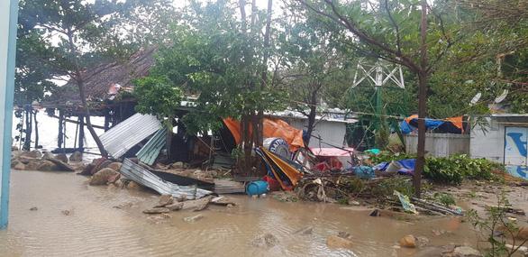 Đảo Cù Lao Chàm như bị xé vụn sau bão số 9 - Ảnh 6.