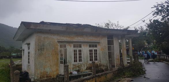 Đảo Cù Lao Chàm như bị xé vụn sau bão số 9 - Ảnh 1.