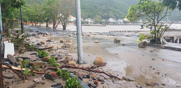 Đảo Cù Lao Chàm như bị xé vụn sau bão số 9 - Ảnh 3.