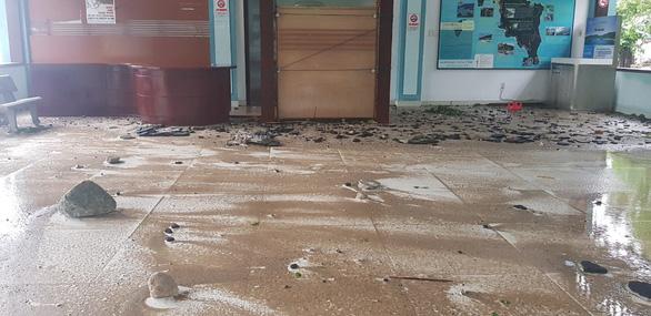 Đảo Cù Lao Chàm như bị xé vụn sau bão số 9 - Ảnh 4.