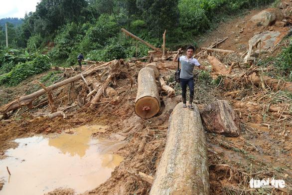 Đường vẫn chưa thông, xe chưa thể vào xã Trà Leng ứng cứu - Ảnh 2.