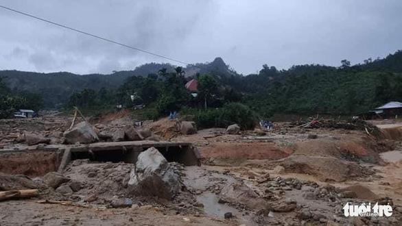 Vụ lở núi ở Phước Sơn: Đã tìm thấy 5 thi thể, bộ đội tạm dừng đến hiện trường - Ảnh 19.