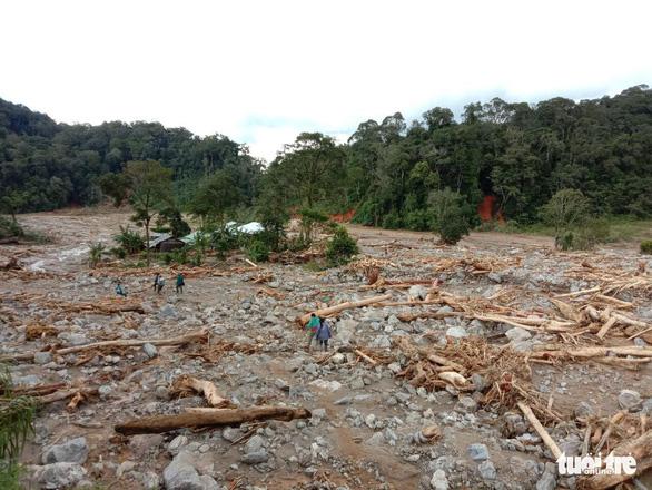 Vụ lở núi ở Phước Sơn: Đã tìm thấy 5 thi thể, bộ đội tạm dừng đến hiện trường - Ảnh 3.