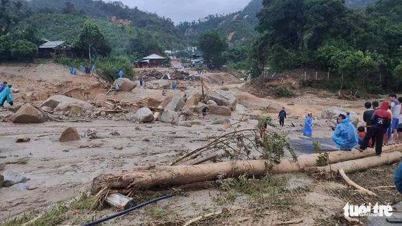 Vụ lở núi ở Phước Sơn: Đã tìm thấy 5 thi thể, bộ đội tạm dừng đến hiện trường - Ảnh 18.