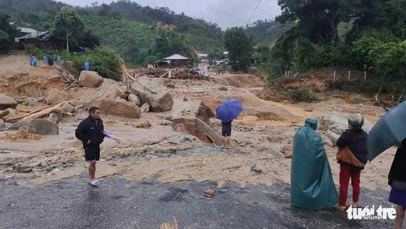 Vụ lở núi ở Phước Sơn: Đã tìm thấy 5 thi thể, bộ đội tạm dừng đến hiện trường - Ảnh 11.