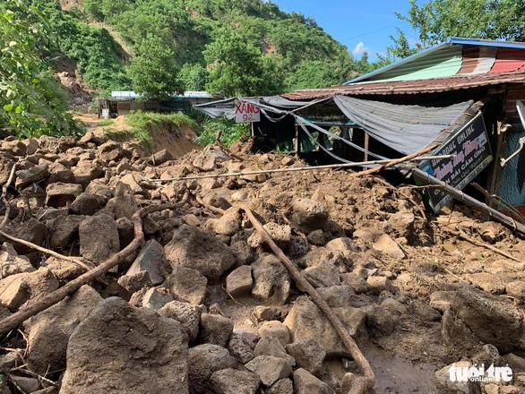 Vụ lở núi ở Phước Sơn: Đã tìm thấy 5 thi thể, bộ đội tạm dừng đến hiện trường - Ảnh 7.