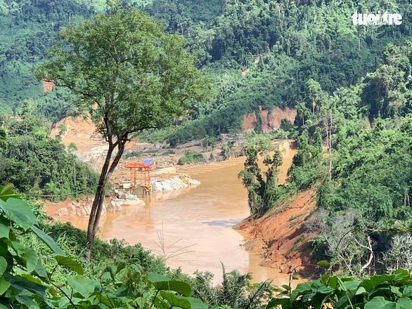 Vụ lở núi ở Phước Sơn: Đã tìm thấy 5 thi thể, bộ đội tạm dừng đến hiện trường - Ảnh 16.