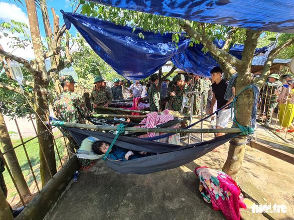NÓNG: Những hình ảnh đầu tiên của nạn nhân vụ sạt lở ở Trà Leng - Ảnh 5.