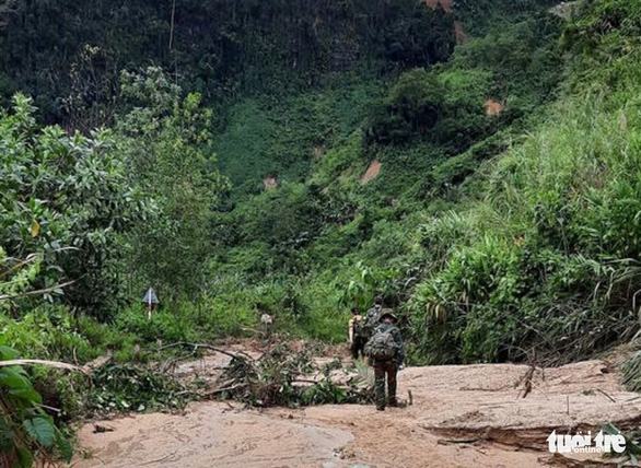 Vụ lở núi ở Phước Sơn: Đã tìm thấy 5 thi thể, bộ đội tạm dừng đến hiện trường - Ảnh 14.
