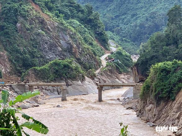 Vụ lở núi ở Phước Sơn: Đã tìm thấy 5 thi thể, bộ đội tạm dừng đến hiện trường - Ảnh 10.