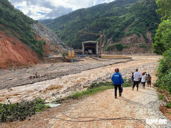 Vụ lở núi ở Phước Sơn: Đã tìm thấy 5 thi thể, bộ đội tạm dừng đến hiện trường - Ảnh 9.