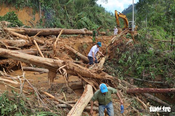 Đường vẫn chưa thông, xe chưa thể vào xã Trà Leng ứng cứu - Ảnh 6.
