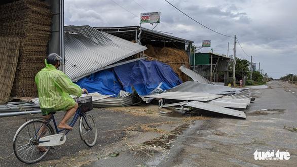 Quảng Ngãi tan hoang, xóm làng xơ xác sau bão số 9 - Ảnh 6.