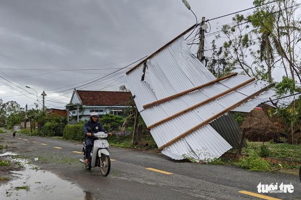 Quảng Ngãi tan hoang, xóm làng xơ xác sau bão số 9 - Ảnh 7.