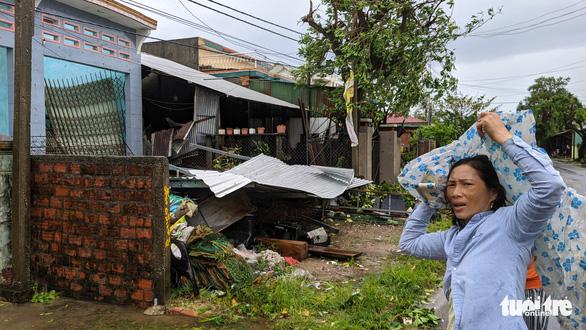 Quảng Ngãi tan hoang, xóm làng xơ xác sau bão số 9 - Ảnh 1.