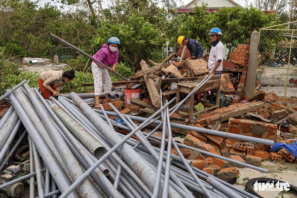 Quảng Ngãi tan hoang, xóm làng xơ xác sau bão số 9 - Ảnh 5.
