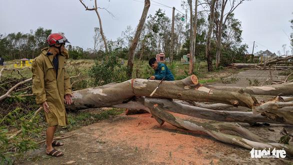 Quảng Ngãi tan hoang, xóm làng xơ xác sau bão số 9 - Ảnh 2.
