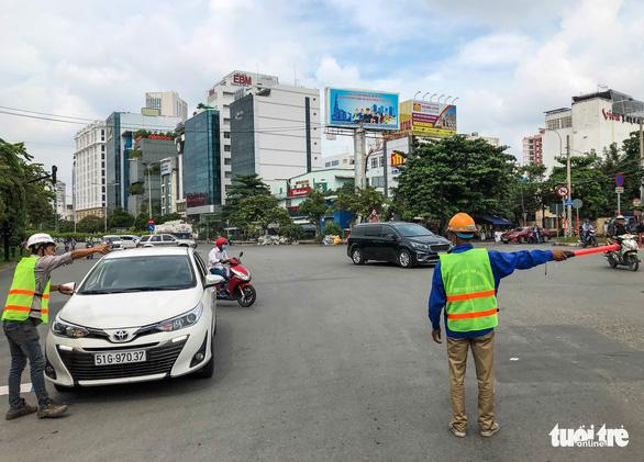 Cấm xe qua cầu vượt Nguyễn Hữu Cảnh 6 tháng để sửa đường - Ảnh 3.