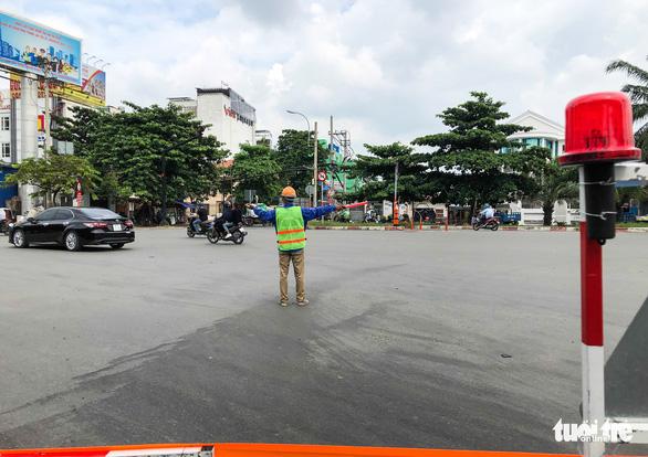 Cấm xe qua cầu vượt Nguyễn Hữu Cảnh 6 tháng để sửa đường - Ảnh 7.