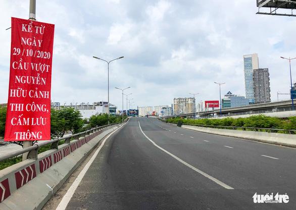 Cấm xe qua cầu vượt Nguyễn Hữu Cảnh 6 tháng để sửa đường - Ảnh 6.