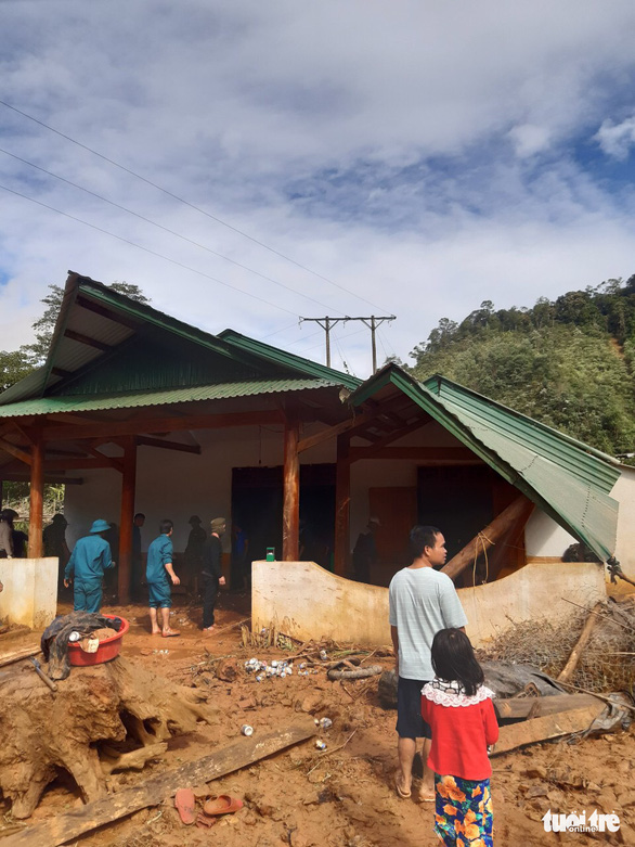 Hàng ngàn khối đất lở xuống Tây Giang, gia đình 9 người may mắn thoát nạn - Ảnh 4.