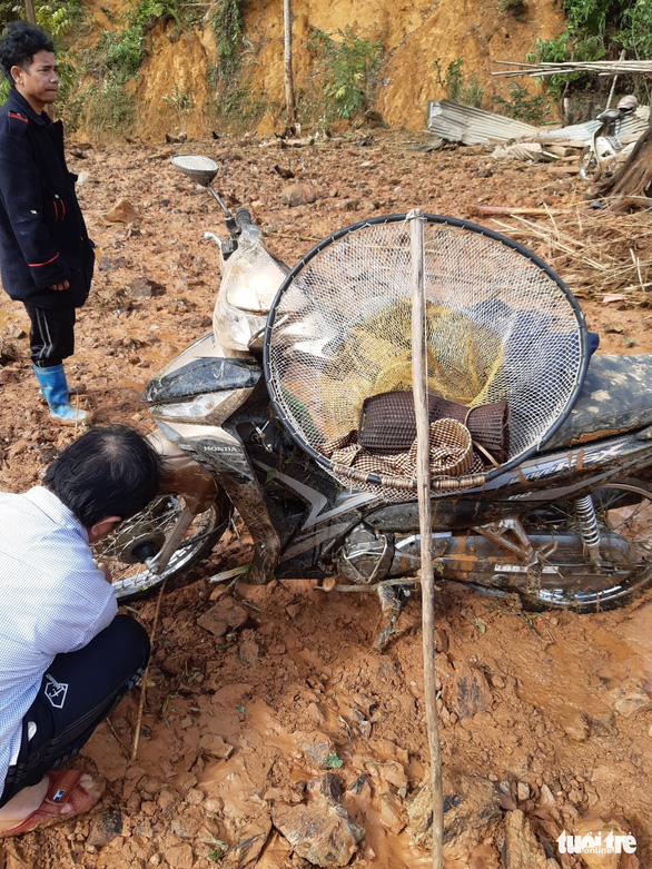 Hàng ngàn khối đất lở xuống Tây Giang, gia đình 9 người may mắn thoát nạn - Ảnh 6.