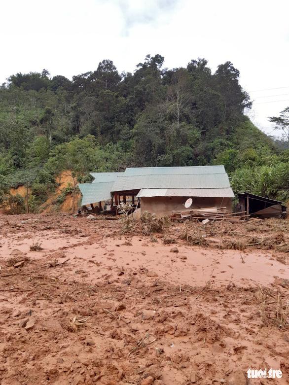 Hàng ngàn khối đất lở xuống Tây Giang, gia đình 9 người may mắn thoát nạn - Ảnh 1.
