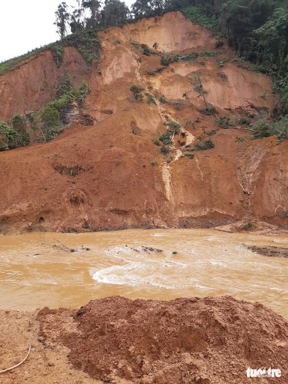 Hàng ngàn khối đất lở xuống Tây Giang, gia đình 9 người may mắn thoát nạn - Ảnh 2.
