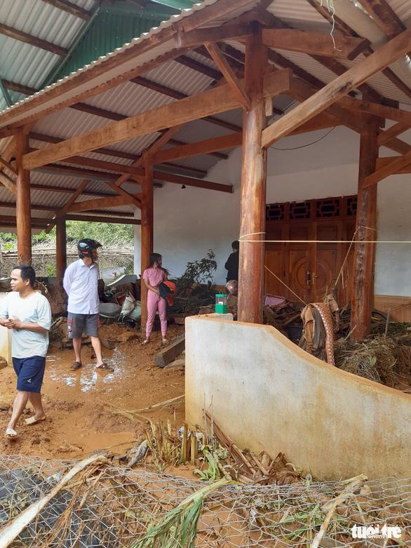 Hàng ngàn khối đất lở xuống Tây Giang, gia đình 9 người may mắn thoát nạn - Ảnh 7.