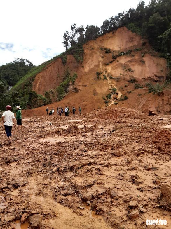 Hàng ngàn khối đất lở xuống Tây Giang, gia đình 9 người may mắn thoát nạn - Ảnh 3.