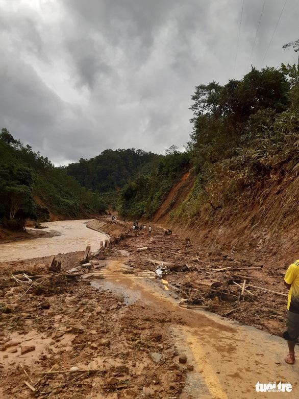 Hàng ngàn khối đất lở xuống Tây Giang, gia đình 9 người may mắn thoát nạn - Ảnh 5.