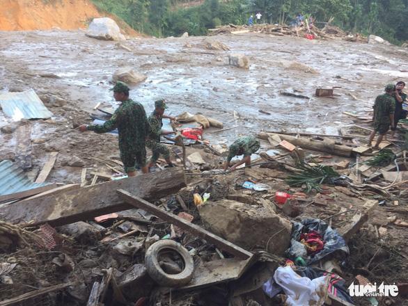 Nỗi đau thấu trời tại Trà Leng: Về làng tìm cha mẹ, cô học trò sụp đổ bên 2 nấm mồ - Ảnh 3.
