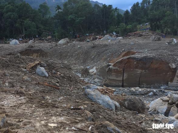 Nỗi đau thấu trời tại Trà Leng: Về làng tìm cha mẹ, cô học trò sụp đổ bên 2 nấm mồ - Ảnh 2.