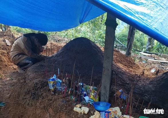 Nỗi đau thấu trời tại Trà Leng: Về làng tìm cha mẹ, cô học trò sụp đổ bên 2 nấm mồ - Ảnh 1.