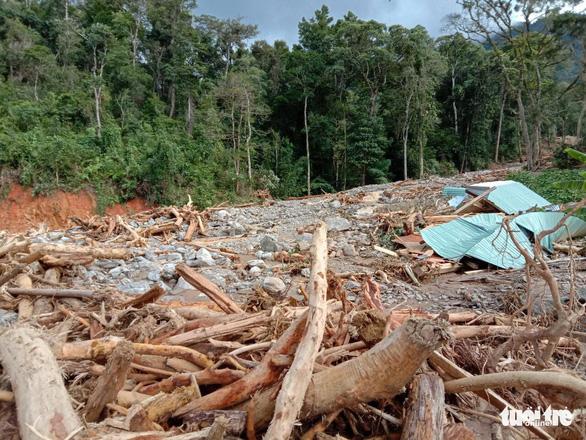 Vụ lở núi ở Phước Sơn: Đã tìm thấy 5 thi thể, bộ đội tạm dừng đến hiện trường - Ảnh 4.