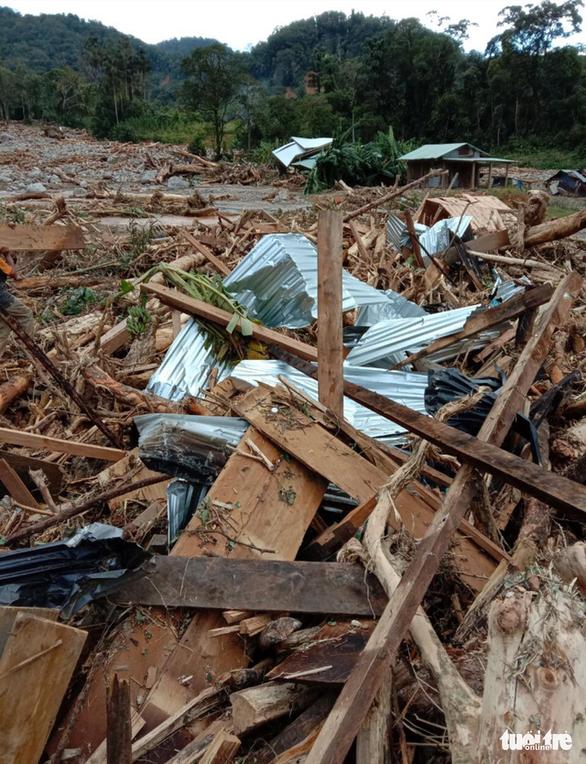 Vụ lở núi ở Phước Sơn: Đã tìm thấy 5 thi thể, bộ đội tạm dừng đến hiện trường - Ảnh 6.