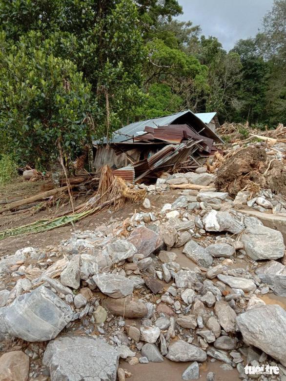 Vụ lở núi ở Phước Sơn: Đã tìm thấy 5 thi thể, bộ đội tạm dừng đến hiện trường - Ảnh 5.