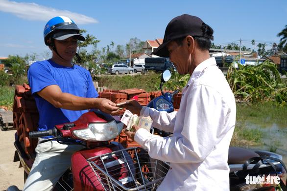 Người dân Quảng Ngãi rồng rắn đi mua ngói lợp lại nhà, ngói cháy hàng - Ảnh 6.