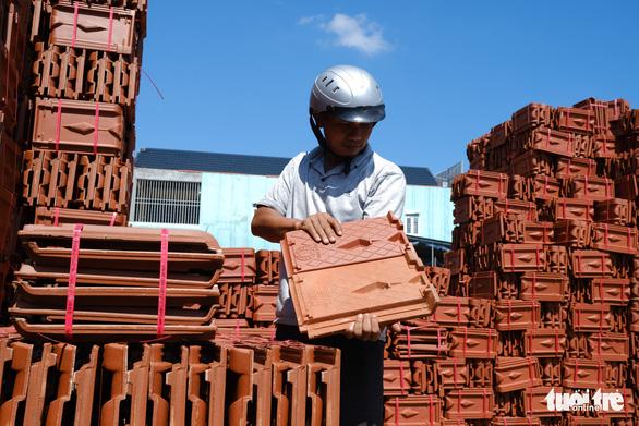 Người dân Quảng Ngãi rồng rắn đi mua ngói lợp lại nhà, ngói cháy hàng - Ảnh 8.